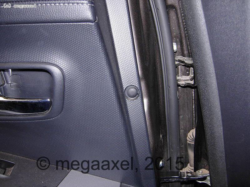 rear_door_cover_remove_05.jpg
