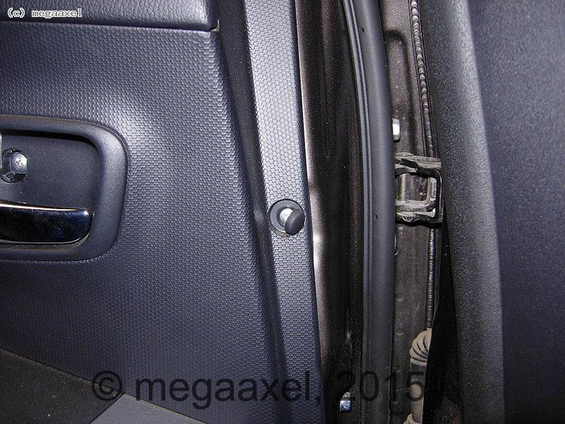 rear_door_cover_remove_06.jpg